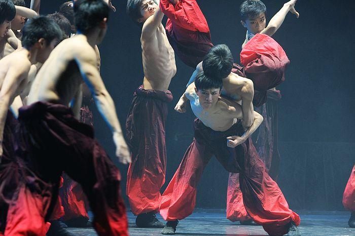 王鹏/(王鹏参加浙江省大学生舞蹈比赛群舞《光茫茫》获一等奖)